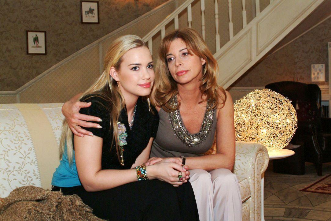 Kim (Lara-Isabelle Rentinck, l.) ist glücklich, dass Laura (Olivia Pascal, r.) unerwartet Verständnis für ihre Auszugspläne zeigt. - Bildquelle: Monika Schürle Sat.1