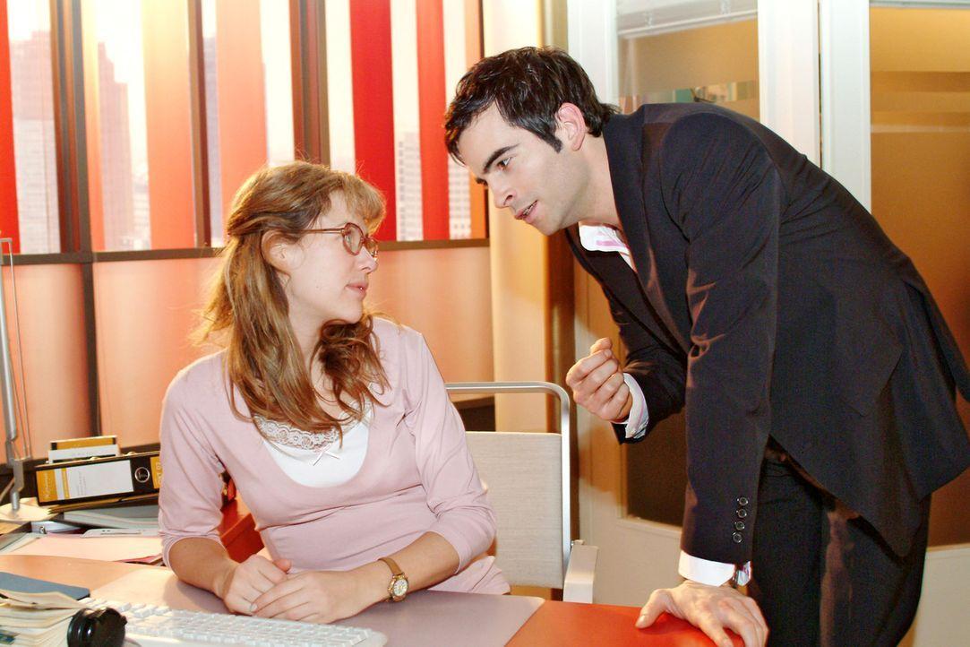 David (Mathis Künzler, r.) versucht sich bei Lisa (Alexandra Neldel, l.) für sein barsches Auftreten zu entschuldigen. (Dieses Foto von Alexandra... - Bildquelle: Sat.1
