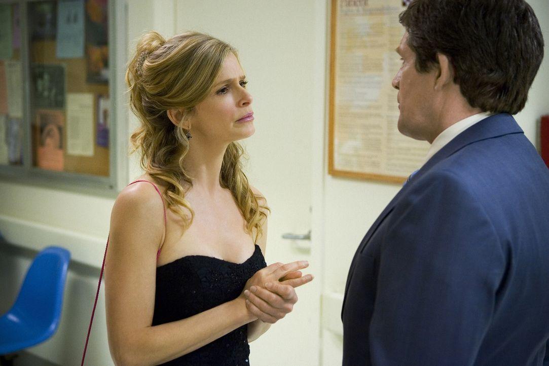 Brenda (Kyra Sedgwick, l.) und ihr Kollege Fritz (Jon Tenney, r.) werden stutzig, als sie erfahren, dass der Junge, der kürzlich in einem OP verstor... - Bildquelle: Warner Brothers