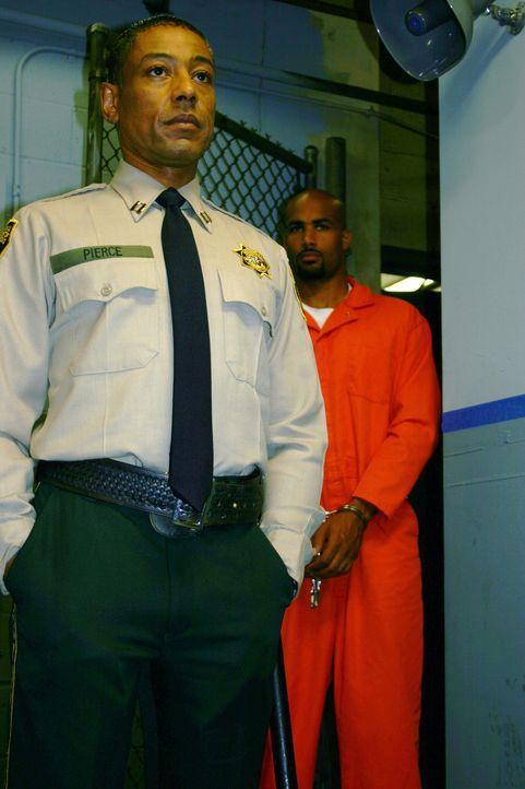 Um seinen geplanten Rachefeldzug in die Tat umsetzen zu können, bringt sich Michael (Boris Kodjoe, r.) selbst ins Gefängnis. Noch ahnt Capt. Pierc... - Bildquelle: 2004 Sony Pictures Home Entertainment Inc. All Rights Reserved.