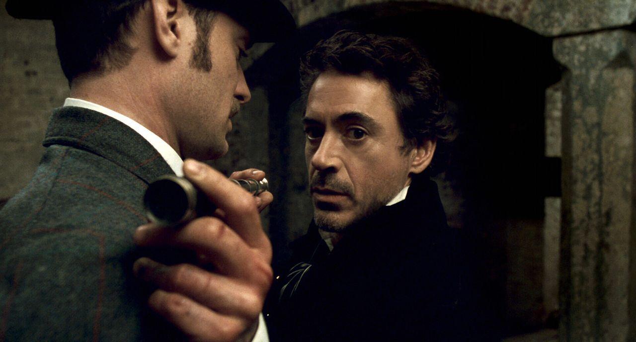 Nach einer Serie brutaler Ritualmorde gelingt es Holmes (Robert Downey Jr., r.) und Watson (Jude Law, l.) im letzten Moment, ein weiteres Opfer zu r... - Bildquelle: Warner Brothers