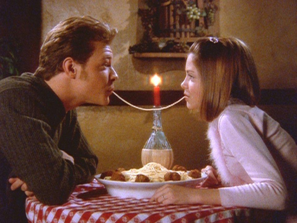 Sabrinas Cousine Amanda (Emily Hart, r.) hat sich in deren Freund Harvey (Nate Richert, l.) verliebt. - Bildquelle: Paramount Pictures