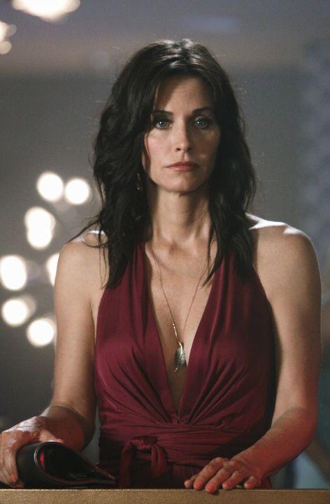 Jules (Courteney Cox) willigt nach langen überreden ihrer Freundin Laurie ein, mit ihr in eine Bar zu gehen - mit überraschenden Folgen ... - Bildquelle: 2009 ABC INC.