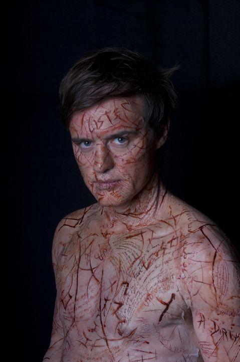 Die Toten wollen sich über Simon McNeal (Jonas Armstrong) Gehör verschaffen und nutzen ihn als ihr Medium. Sie schreiben ihre Worte in seine Haut. S... - Bildquelle: Sunfilm