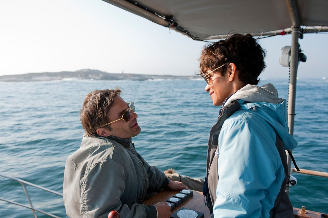 Kates (Halle Berry, r.) Ex-Freund Jeff (Olivier Martinez, l.) macht ihr ein Angebot, das sie nicht ablehnen kann: Geschäftsmann Brady möchte mit Hai... - Bildquelle: Magnet Media Group USA; MMP Dark Tide UK; Film Afrika Worldwide (Pty) Limited South Africa