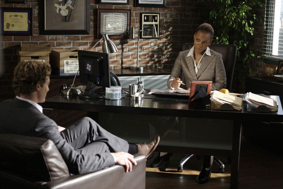 Patrick Jane (Simon Baker, l.) trifft auf die neue Abteilungsleiterin Madeleine Hightower (Aunjanue Ellis, r.) ... - Bildquelle: Warner Bros. Television