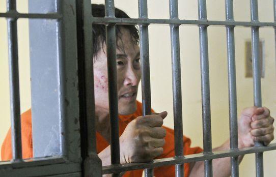 Unbekannte entführen Chin (Daniel Dae Kim) und schleusen ihn, verkleidet als...