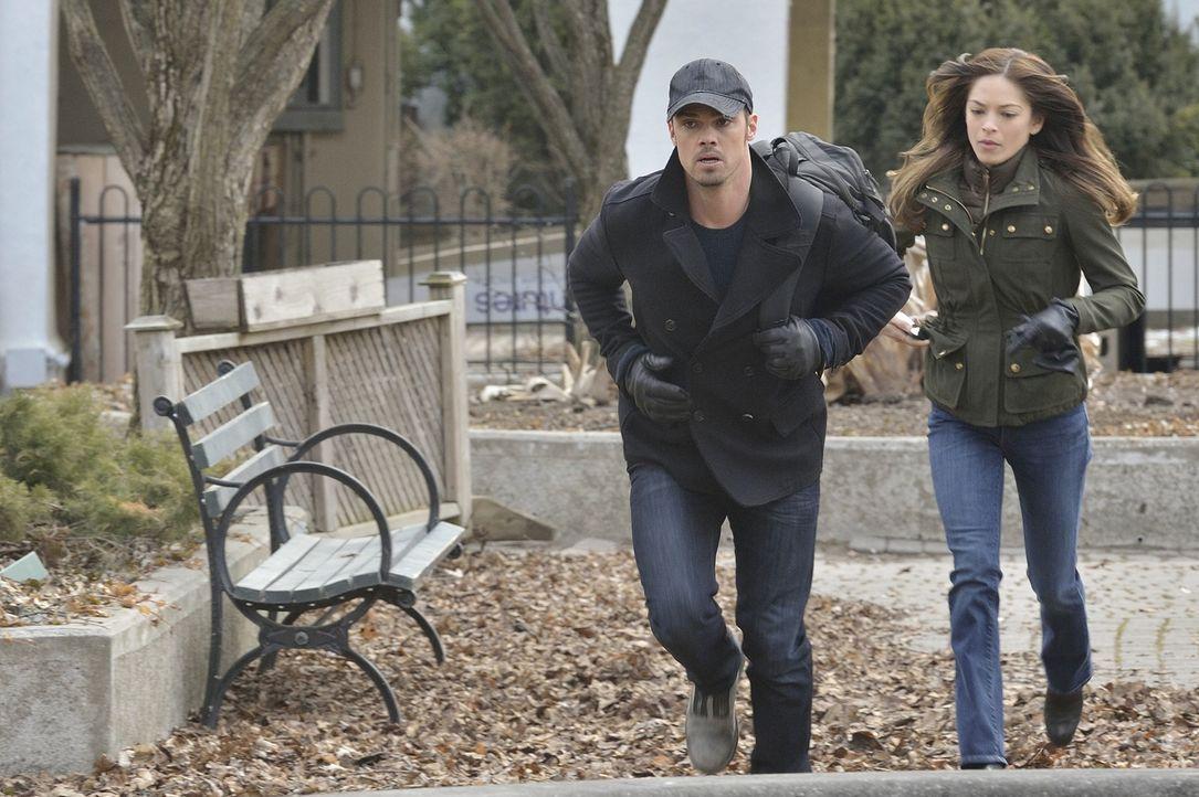 Gabe ist weiter auf ihren Spuren. Doch schaffen es Vincent (Jay Ryan, l.) und Cat (Kristin Kreuk, r.), ihn endlich loszuwerden? - Bildquelle: 2013 The CW Network, LLC. All rights reserved.