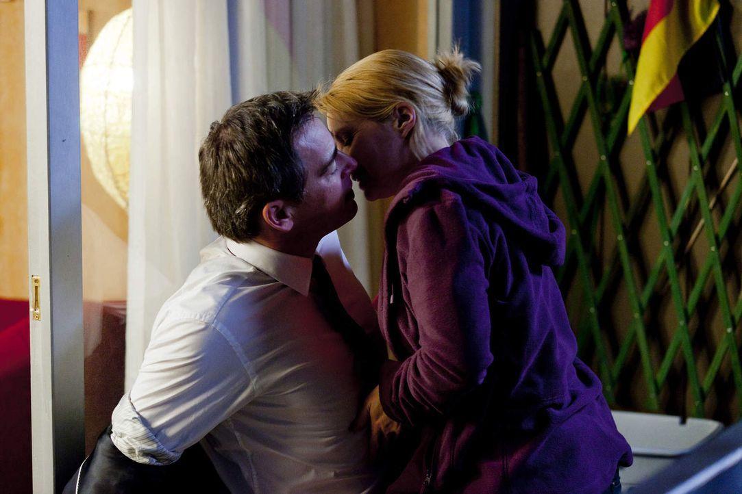 Haben Danni (Annette Frier, r.) und Oliver (Jan Sosniok, l.) doch noch eine Chance? - Bildquelle: Frank Dicks SAT.1