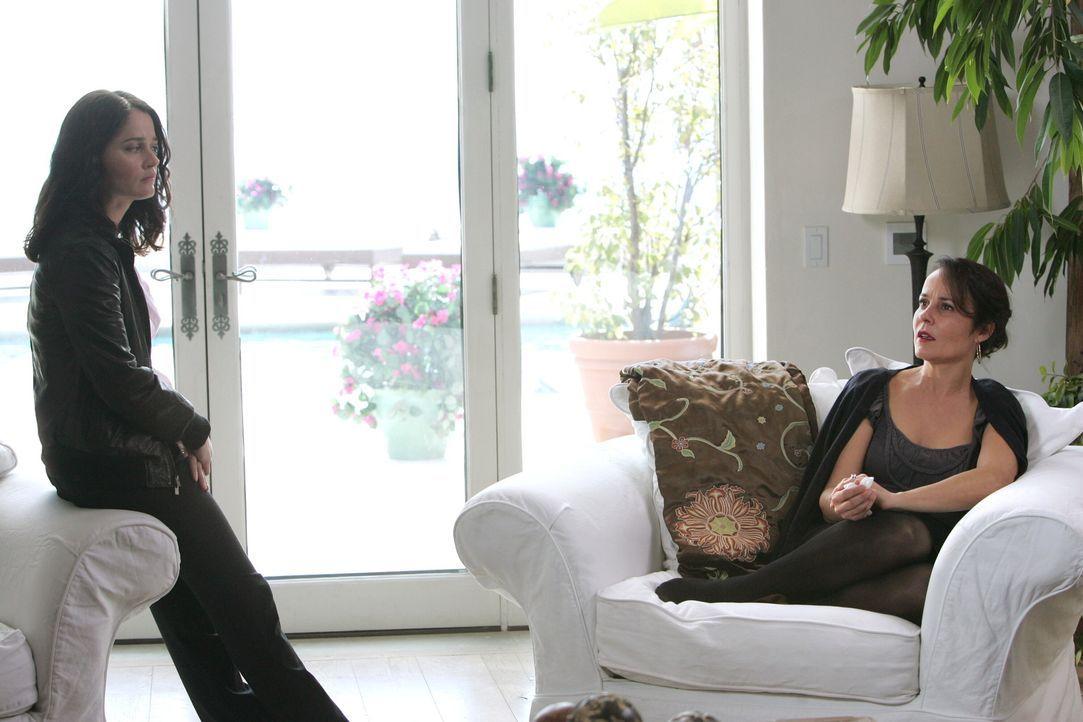 Um den Mord an Hollywood-Produzenten Felix Hanson aufzuklären nimmt sich Teresa (Robin Tunney, l.) dessen Ehefrau Felicia (Rebecca Rigg, r.) vor. D... - Bildquelle: Warner Bros. Television