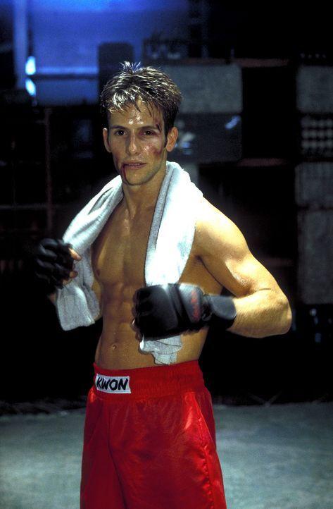 Weil Dennis (Christian Oliver) ein leidenschaftlicher Kickboxer ist, lässt er sich von seinem Bruder für illegale Schaukämpfe anheuern ... - Bildquelle: Leslie Haslam ProSieben