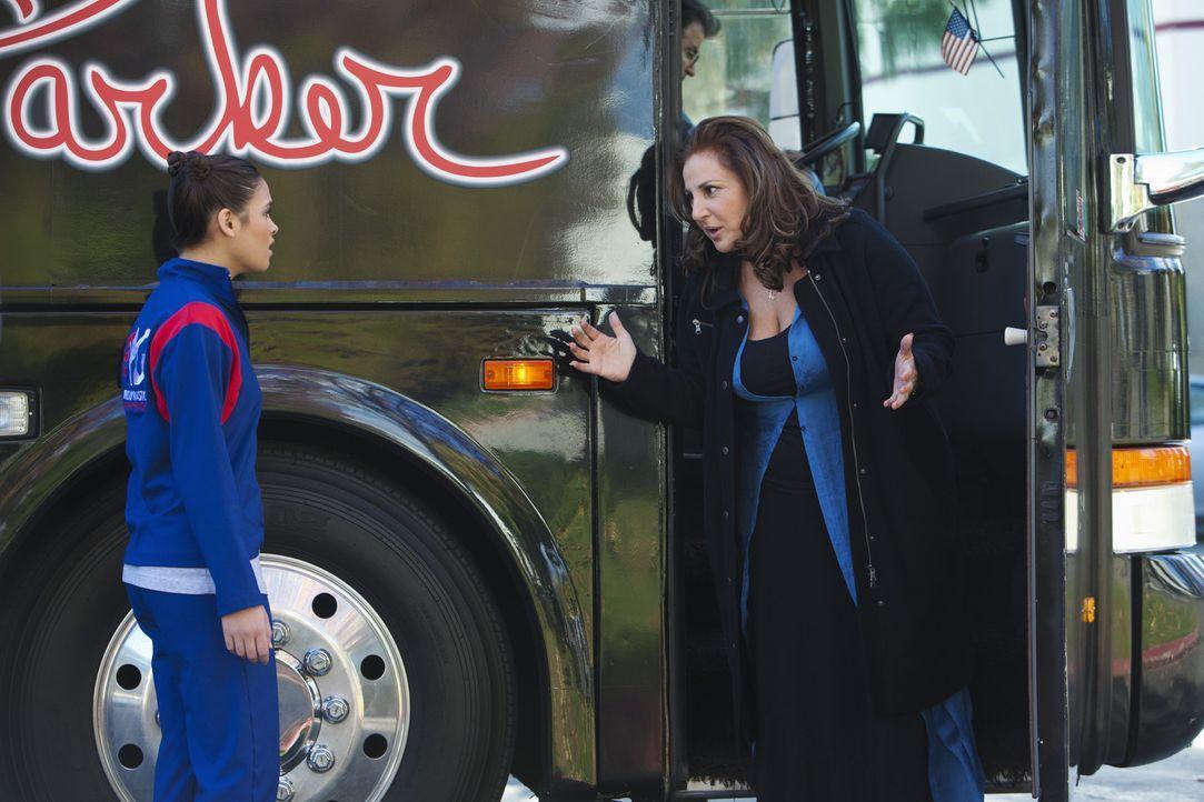 Sheila Baboyon (Kathy Najimy, r.) sagt ihrer Tochter Kelly (Nicole Gale Anderson, l.), dass sie nicht weiter als ihre Managerin arbeiten wird ... - Bildquelle: 2010 Disney Enterprises, Inc. All rights reserved.