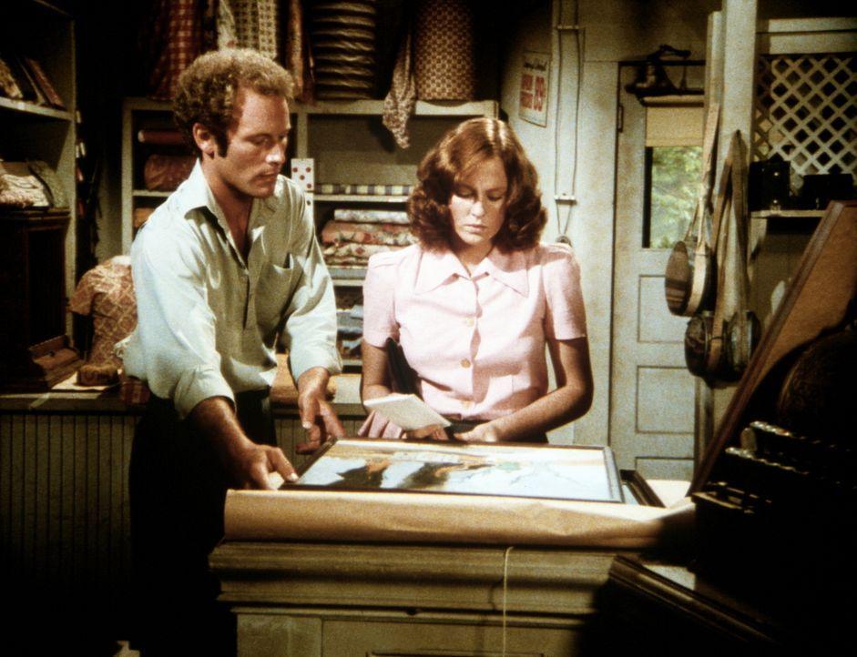 Der Maler Derek (Jared Martin, l.) zeigt Erin (Mary Beth McDonough, r.) seine Kriegsbilder. - Bildquelle: WARNER BROS. INTERNATIONAL TELEVISION
