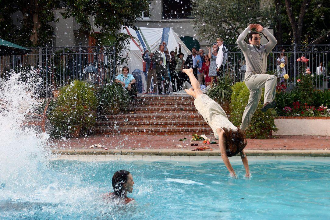 Nicht nur Nora (Sally Field, l.), auch ihre Kinder Sarah (Rachel Griffiths, M.) und Kevin (Matthew Rhys, r.) springen mit ihrer Kleidung ins kühle N... - Bildquelle: Disney - ABC International Television