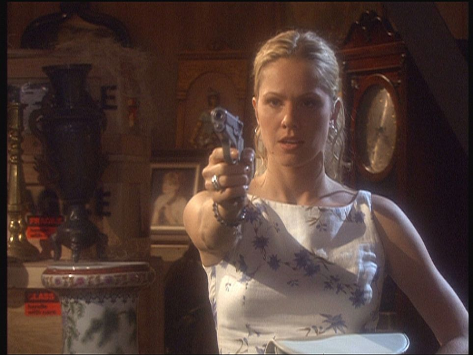 Kendra (Andrea Roth) erschießt ihren Geliebten Jake, nachdem dieser ihr zu einem Scheck in Höhe von 500.000 Dollar verholfen hat. - Bildquelle: Viacom