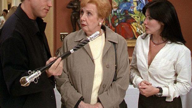 Jack Sheridan (Lochlyn Munro, l.) will Betty (Pamela Kosh, M.) den Zauberstab...