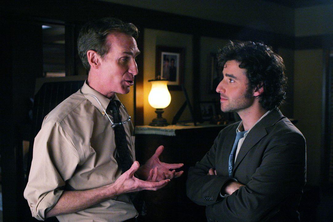 Charlie (David Krumholtz, r.) ist erstaunt, als er plötzlich bei seinem Vater auf Professor Waldie (Bill Nye, l.) trifft ... - Bildquelle: Paramount Network Television