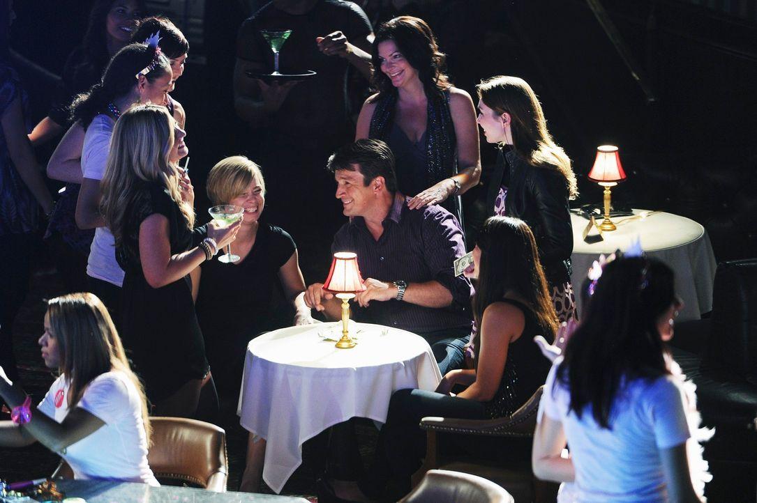 Aus Ermittlungszwecken besucht Richard Castle (Nathan Fillion, M.) zusammen mit Kate Beckett (Stana Katic, 2.v.r.) einen Stripclub für Frauen. Schon... - Bildquelle: 2010 American Broadcasting Companies, Inc. All rights reserved.
