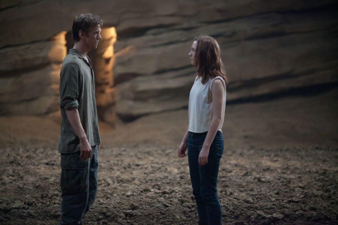 Nach und nach kommen sich Ian (Jake Abel, l.) und Wanderer (Saoirse Ronan, r.) näher und verlieben sich ineinander. Da beschließt die Seele, ihren W... - Bildquelle: 2013 Concorde Filmverleih GmbH