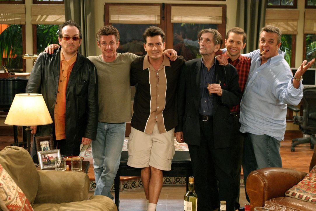 Eine lustige Männerrunde: Elvis Costello (Elvis Costello, l.), Sean Penn (Sean Penn, 2.v.l.), Charlie (Charlie Sheen, 3.v.l.), Harry Dean Stanton (H... - Bildquelle: Warner Bros. Television