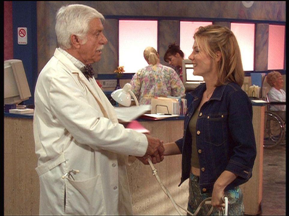 Mark (Dick Van Dyke, l.) begrüßt die durch einen Unfall erblindete Lara und macht ihr Hoffnung, dass ihr Sehvermögen spontan zurückkehren könnte. - Bildquelle: Viacom