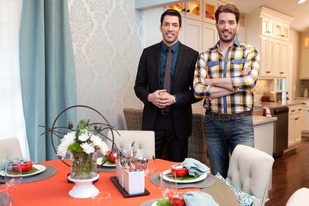 Drew (l.) und Jonathan (r.) geben ihr Bestes, um für Sandy eine Immobilie zu finden, die sowohl ihre Wünsche erfüllt, als auch ins Budget passt. Kei... - Bildquelle: Jessica McGowan 2013, HGTV/Scripps Networks, LLC. All Rights Reserved