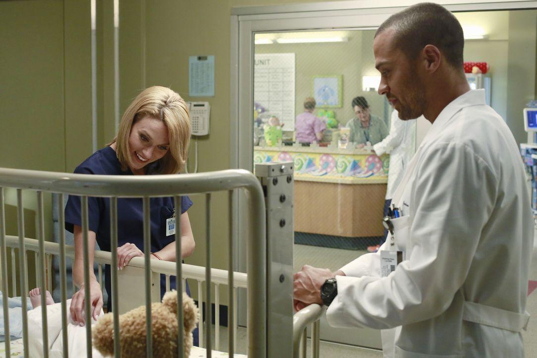Jackson (Jesse Williams, r.) hat die Gesichtsschädelspezialistin Lauren Boswell (Hilarie Burton, l.) einfliegen lassen. Sie soll sich um die Missbi... - Bildquelle: ABC Studios