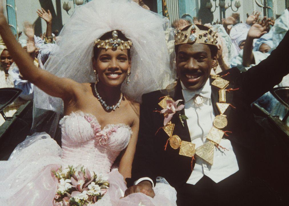 Ganz Zamunda freut sich über die Ankunft von Lisa (Shari Headley, l.) und Prinz Akeem (Eddie Murphy, r.). - Bildquelle: Paramount Pictures