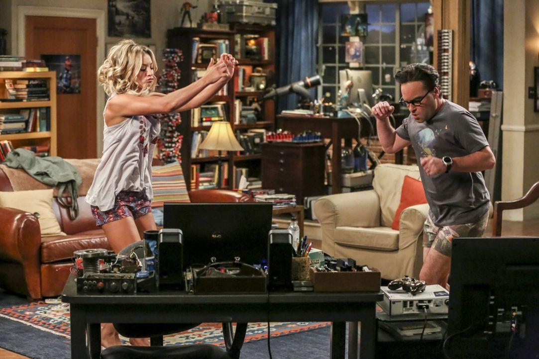 Penny (Kaley Cuoco, l.) und Leonard (Johnny Galecki, r.) könnten nicht glücklicher sein, dass sie ihr Apartment endlich für sich allein haben - frag... - Bildquelle: 2016 Warner Brothers