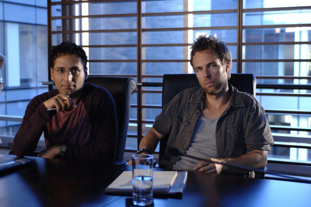 Als Ralph (Nicolas Wright, r.) und Munish (Cas Anvar, l.) auffällige Wettermeldungen erhalten stellen sie fest, dass Hacker in ihr Computersystem ei... - Bildquelle: BBC