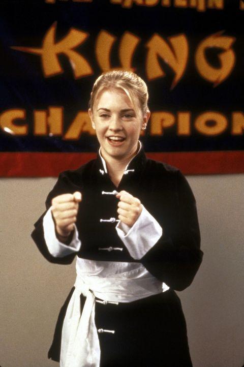 Sabrina (Melissa Joan Hart) ist im Sportunterricht nicht besonders gut. Da kommt ihr der Kung-Fu-Kurs, den Mr. Pool initiiert, gerade recht. - Bildquelle: Paramount