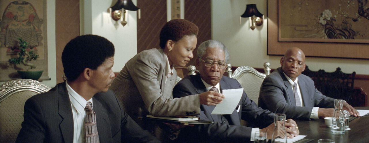 Kaum in seinem Amt merkt der neu gewählte Präsident Nelson Mandela (Morgan Freeman, 2.v.r.), dass trotz des Endes der Apartheid Südafrika weiterhin... - Bildquelle: Warner Bros.