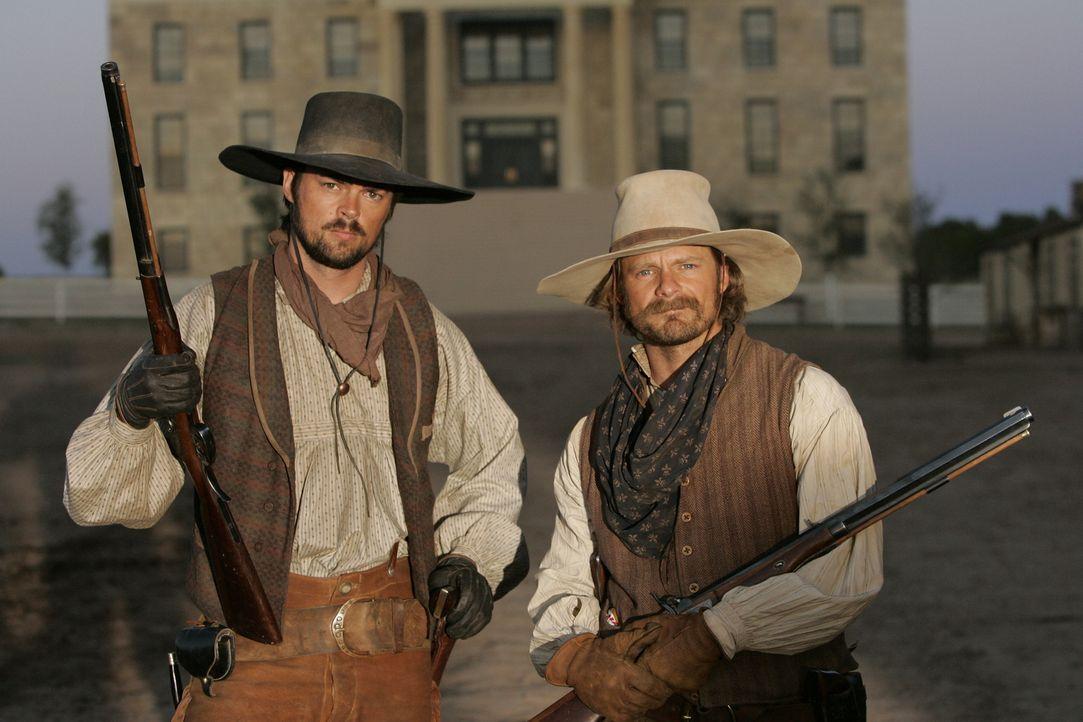 Gus McCrae (Steve Zahn, r.) und Woodroow F. Call (Karl Urban, l.) führen ein Leben am Limit -  immer mit dem Tod im Nacken ... - Bildquelle: 2006 CBS Broadcasting Inc. All Rights Reserved.