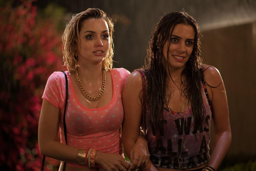 Genesis (Lorenza Izzo, r.) und Bell (Ana de Armas, l.) geben sich als hilfsbedürftige Mädchen aus, aber entpuppen sich schon bald als wahre Teufelsb... - Bildquelle: SquareOne / Universum