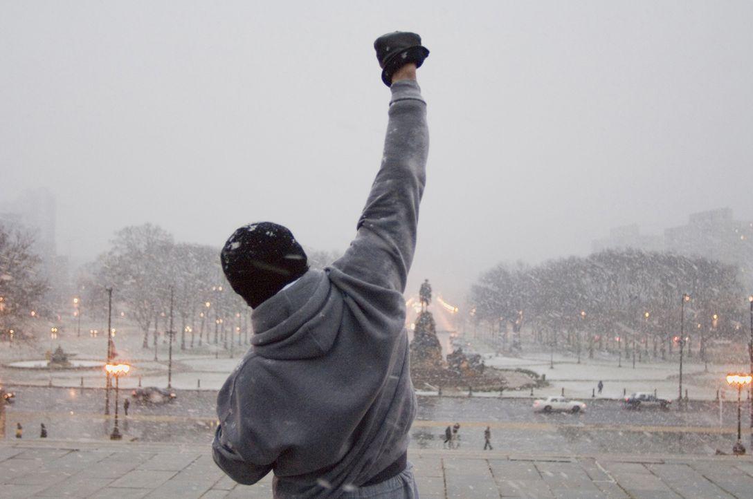 Die lebende Legende Rocky Balboa (Sylvester Stallone) hat dem Boxsport den Rücken gekehrt. Doch als eine Fernsehshow einen virtuellen Boxkampf zwisc...
