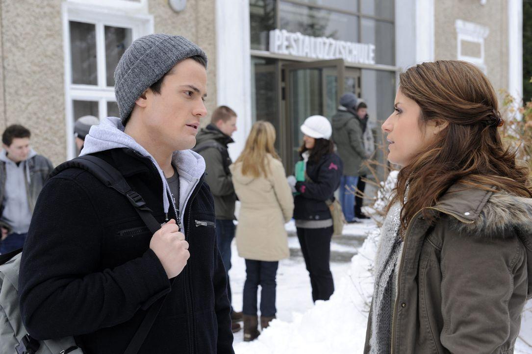 Timo (Rocco Stark, l.) teilt Bea (Vanessa Jung, r.) mit, dass Sophie schwanger ist ... - Bildquelle: SAT.1