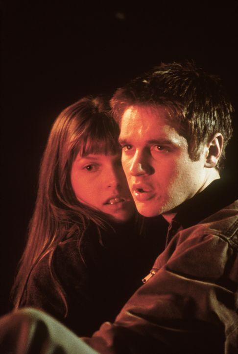 Verzweifelt machen sich Alex (Devon Sawa, r.) und Clear (Ali Larter, l.) daran, die mysteriösen Todesfälle unter ihren Freunden einzuordnen, um somi... - Bildquelle: New Line Cinema