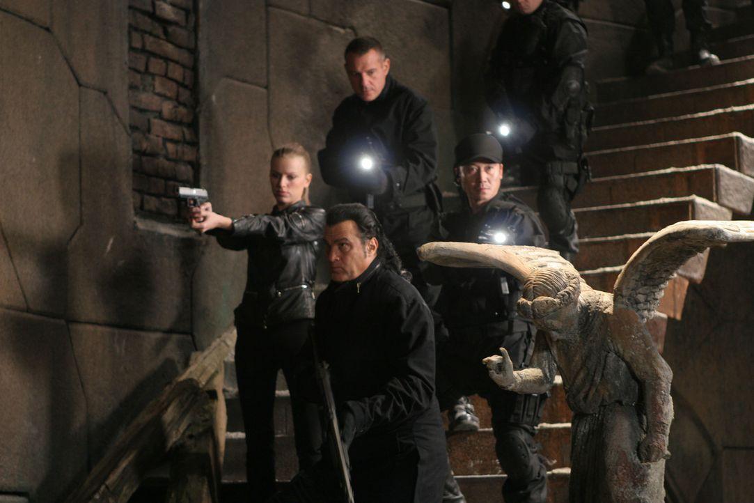 Als drei seiner Männer ermordet werden, macht sich Elite-Kommandant Lawson (Steven Seagal, vorne r.) gemeinsam mit einer neuen Truppe (Lisa Lovbran... - Bildquelle: Sony Pictures Home Entertainment