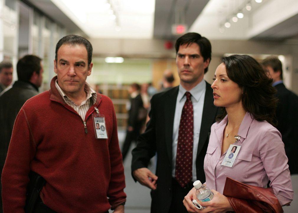 Für Agentin Elle Greenway (Lola Glaudini, r.), Agent Aaron Hotchner (Thomas Gibson, M.) und Special Agent Jason Gideon (Mandy Patinkin, l.) beginnt... - Bildquelle: Touchstone Television
