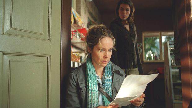 Auf einmal kommt es für Therese (Ann-Kathrin Kramer, vorne) knüppeldick: Sowo...