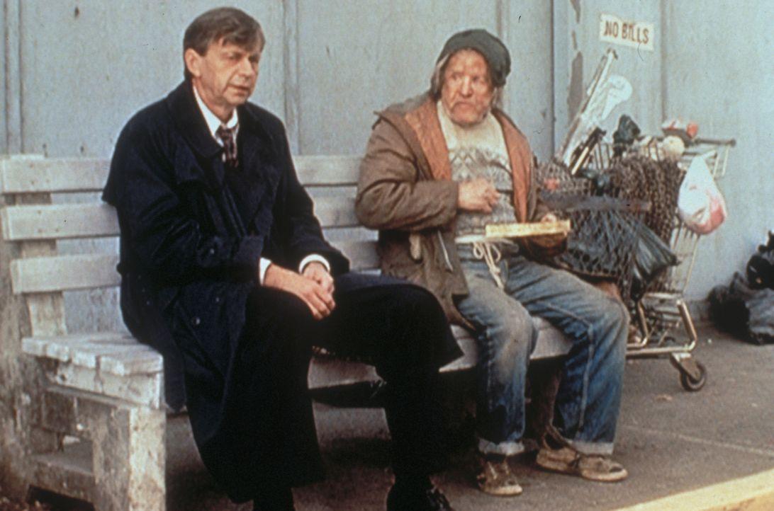 Dass sich der mächtige und gefährliche Raucher (William B. Davis, l.) die Bank mit einem Obdachlosen teilt, hat seinen Grund ... - Bildquelle: TM +   Twentieth Century Fox Film Corporation. All Rights Reserved.