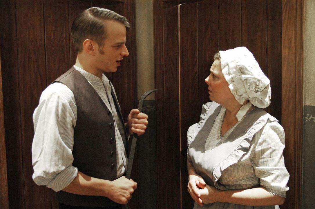 Emma (Ramona Kunze-Libnow, r.) ist sehr beunruhigt, weil sich Carl schon seit geraumer Zeit in seiner Kammer verschanzt hat. Hermann (Thomas Wlaschi... - Bildquelle: Aki Pfeiffer Sat.1