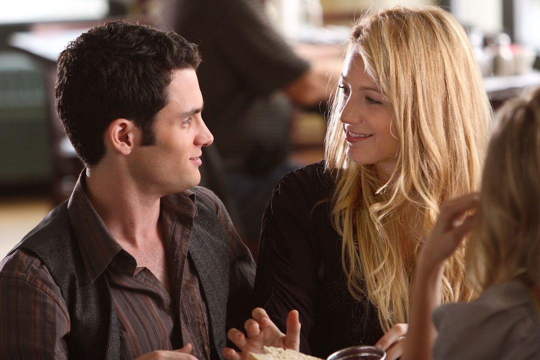 Ob das gutgeht? Serena (Blake Lively, r.) und Dan (Penn Badgley, l.) verbringen Thanksgiving gemeinsam mit ihren Familien ... - Bildquelle: Warner Brothers