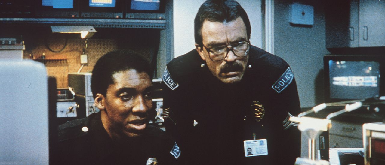 Marvin (Stan Shaw, l.) und sein Kollege Ramsay (Tom Selleck, r.) werden immer wieder von wild gewordenen Robotern in Atem gehalten ... - Bildquelle: TriStar Pictures