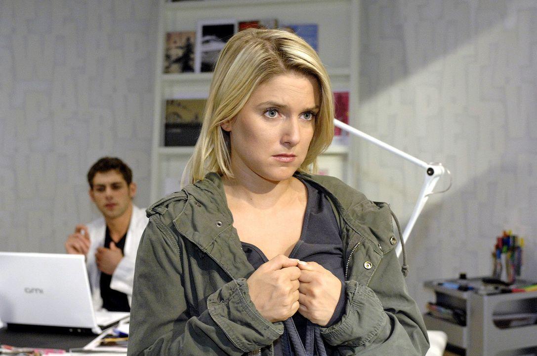 Anna (Jeanette Biedermann, r.) gesteht Jonas (Roy Peter Link, l.) den Computertausch ... - Bildquelle: Oliver Ziebe Sat.1