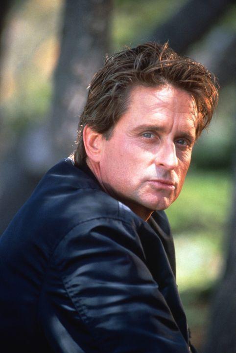Schon bald weiß Detective Nick Curran (Michael Douglas) nicht mehr, wem er noch vertrauen kann ... - Bildquelle: 1992 Carolco Pictures Inc. and Le Studio Canal+ S.A. All Rights Reserved.