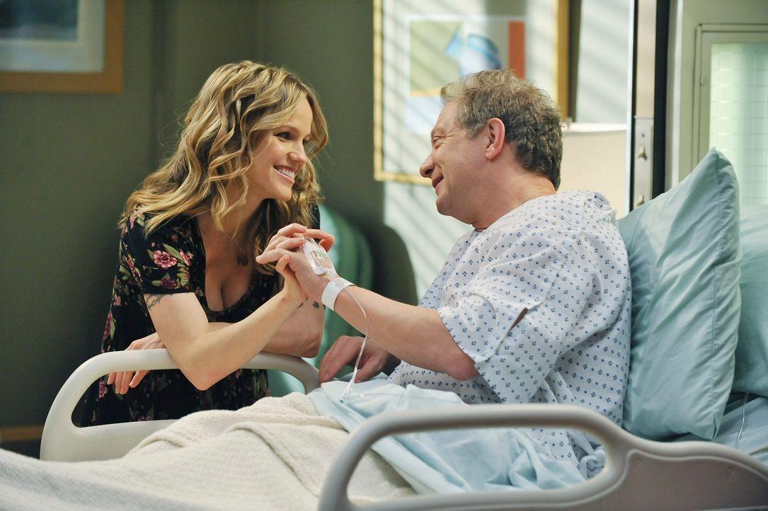 Als ihr Vater (Jeff Perry, r.) mit seiner neuen Freundin (Alexa Havins, l.) im Krankenhaus erscheint, sind Lexie und Meredith sprachlos ... - Bildquelle: ABC Studios