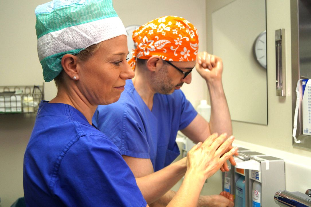 Helfen Patienten, die nach einer Schönheits-OP unglücklicher denn je sind: Prof. Fansa (r.) und Dr. Wetzel (l.) ... - Bildquelle: SAT.1
