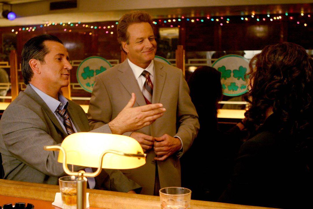 Rückblick: Jack (Anthony LaPaglia, l.) macht seinen Freund Max (William Russ, M.) mit der attraktiven Anne (Mary Elizabeth Mastrantonio, r.) bekannt. - Bildquelle: Warner Bros. Entertainment Inc.