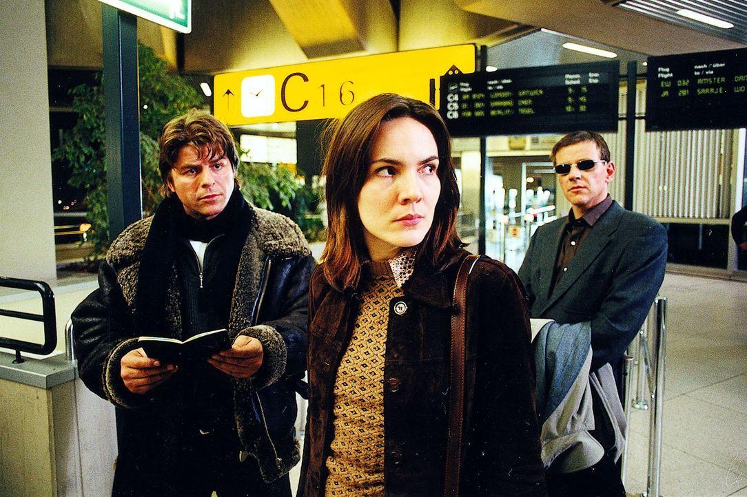 Die junge Bosnierin Sanja (Renata Zednikova, M.), mit der der ermordete Journalist Oliver Klein am Flughafen verabredet war, behauptet, sie sei nur... - Bildquelle: Diane Krüger Sat.1